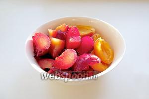 Сливы и абрикосы вымыть, избавить от косточек, разрезать. Абрикосы придают особенную пикантность и дополнительную сладость, ведь из них готовят чатни.