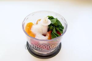 Сложить в блендер сливы и абрикосы, добавить к ним сахар и мяту. Взбить до однородности.