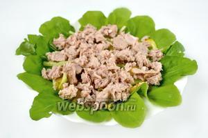 С тунца слить жидкость и раскрошить кусочками на овощах.