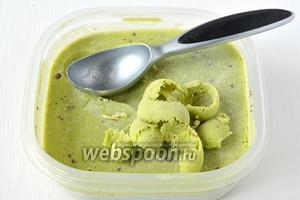 Готовое мороженое при подаче набирать порционной ложкой для мороженого.