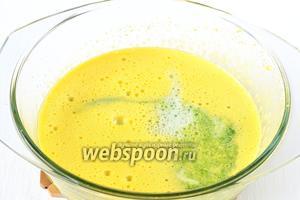 Добавить в желтки горячую шпинатную массу и мятное молоко. Перемешать.