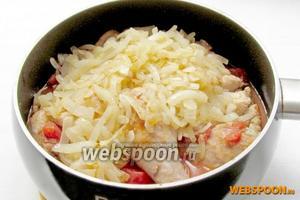 Жаренный лук добавить к курице с помидорами и готовить  всё вместе ещё 15 минут.