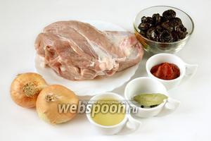 Для приготовления блюда нам нужна мякоть свинины, чернослив, репчатый лук, томатная паста, подсолнечное масло, лавровый лист, перец горошком.