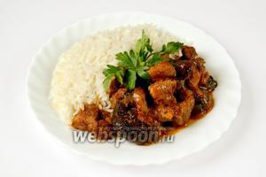 Блюдо может быть подано как праздничное без гарнира на листьях салата, но в будничных условиях подойдет любой гарнир: рис, картофель, гречка.