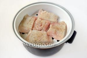 В чашу мультиварки наливаем воду, добавляем в неё соль, перец черный горошком и душистый перец, лавровый лист. Сверху устанавливаем чашу для варки на пару и кладем на неё рыбу.