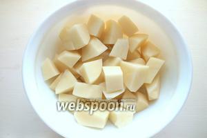 Нарежьте картофель крупными произвольными кусками.