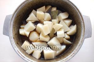 Через 30 минут после закипания рагу, добавьте в него картофель, лавровый лист. При необходимости добавьте ещё немного соли и перца по вкусу, если выкипело много пива, то добавьте немного воды. Продолжайте тушить рагу на медленном огне до мягкости мяса. В зависимости от возраста животного и части используемой туши на это может понадобиться от 1 до 2,5 часов. Если слишком жёсткое мясо, добавляйте картофель не ранее, чем через час после закипания, чтобы кусочки не превратились в пюре. Моё рагу тушилось 1,5 часа.