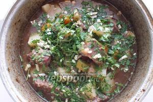 Когда рагу полностью приготовится, добавьте в него чеснок и петрушку, накройте крышкой и дайте настояться 30 минут перед подачей. Как правило, на следующий день такое рагу становится ещё вкуснее.