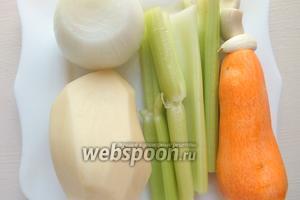 Помойте и почистите овощи — картофель, чеснок, морковь, лук и сельдерей.