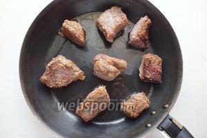 На хорошо раскалённом растительном масле обжарьте куски мяса в течение 1-2 минут до образования хрустящей корочки. Внутри куски мяса должны остаться сырыми, поэтому следите за температурой, она должна быть очень высокая.