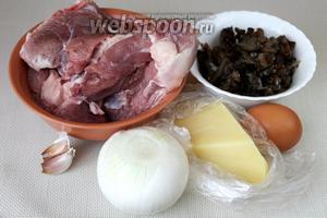 Для приготовления бифштексов возьмём мясо индейки, замороженные опята, белый лук, чеснок, сыр Пармезан, яйцо, растительное масло, соль и молотый чёрный перец.