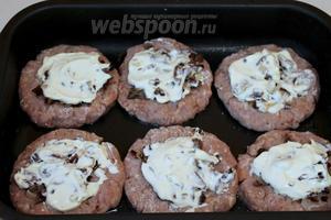 На грибы положить по ложке густых деревенских сливок или жирной сметаны. Поставить в нагретую до 200°C духовку на 20 минут.