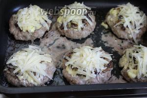 Каждый бифштекс посыпать сыром и поставить в горячую духовку на 5 минут.