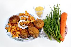 Для приготовления супа нам понадобятся следующие ингредиенты: лесные грибы (у меня лисички, сыроежки и подберёзовик), картофель, пшено, морковь, зеленый лук, укроп.