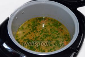 После сигнала готовности добавляем в суп нарезанный зеленый лук.