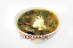 При подаче кладём в суп сметану и мелко нарезанный укроп. Супчик получается — объеденье!