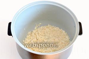 Засыпать рис в чашу мультиварки.