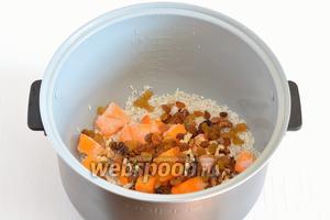 Добавить промытый изюм, орехи, сахар, соль.