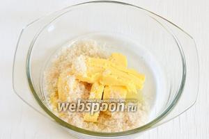 Соединить масло комнатной температуры и сахар. Взбить миксером 3-4 минуты.