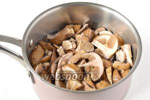 Грибы почистить, порезать, отварить в подсоленной воде до готовности.