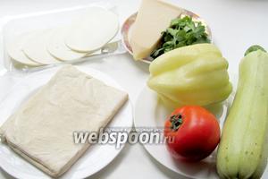 Для приготовления  овощного пирога на слоёном тесте нам понадобятся такие продукты: тесто слоёное пресное, кабачок или баклажан, помидоры, перец, сыр Пармезан, зелень, перец чёрный, прованские травы.