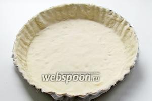 Слоёное тесто очень тонко раскатать и выложить по размеру вашей формы. Прижать бортики. Для более легкого извлечения пирога, дно формы необходимо предварительно выстлать пергаментом.
