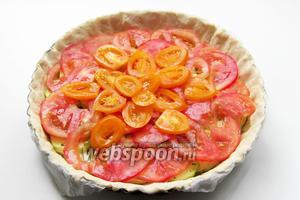 Тонкие ломтики помидор выложить поверх колечек кабачка.