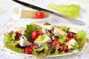 Салат с черешней и камамбером