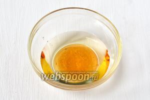Соединить мёд, уксус и подсолнечное масло.