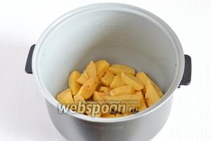 Выложить подготовленнйы картофель в чашу мультиварки (у меня мультиварка Поларис). Включить режим «Выпечка» на 40 минут.