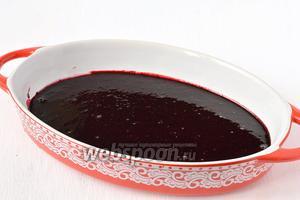 Вылить черничное пюре в форму для запекания.