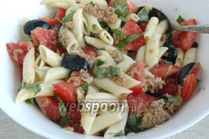 Салат следует посолить, добавить готовые, слегка остывшие макароны и заправку, перемешать.