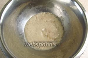 Дрожжи и сахар растворить в небольшом количестве слегка подогретого молока и оставить на 10 минут, чтобы опара забродила и поднялась.