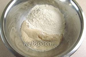 В полученную массу всыпать просеянную муку и влить оставшееся молоко с растворенной в нем солью. Тесто перемешать и добавить растительное масло.