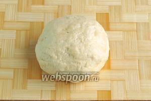 Замешать некрутое тесто. Оно должно быть слегка жидковатым. Накрыть тесто влажным полотенцем, чтобы впиталась влага и тесто поднялось. Оставить на 30–40 минут.