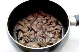 Готовим подливу — важу. Мясо нарезать мелкими кусочками и обжарить на хорошо разогретом масле. Считается, что в лагман необходимо добавить мясо на косточках. Я обычно так и делаю, но сегодня  я готовила небольшое количество лагмана, то косточки добавлять не стала, а вы имейте это ввиду.