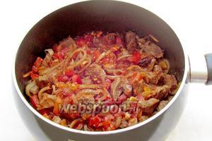 Соединить мясо с помидорами, посолить, поджарить всё вместе до выкипания жидкости. Если помидоры кислые, то добавьте немного сахара.