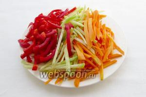 Редьку, перец и морковь нарезать тонкой соломкой. В уйгурском лагмане нарезка имеет значение.