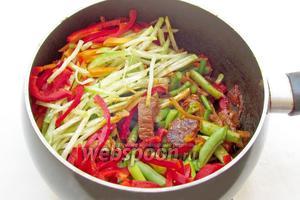 К помидорам с мясом добавить все овощи. Можно это делать постепенно, но тогда овощи слишком пережарятся. В уйгурском лагмане нельзя допускать пережарки овощей и полной их мягкости. Овощи должны оставаться, что называется, «альденте». Жарить всё вместе 5 минут, посолить и поперчить по вкусу.
