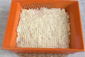 Форму для запекания смазать маслом, выложить половину картофельно-сырного пюре.