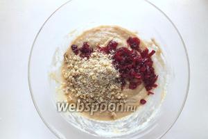 Добавьте в тесто молотые грецкие орехи и мелко нарезанную клюкву.