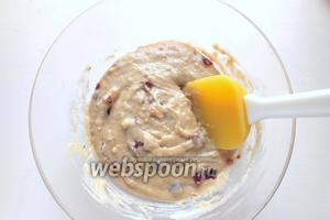 Перемешайте тесто до однородности с помощью лопаточки.