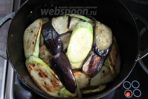 И сверху обложить его оставшимися овощами, залить маринадом, наполовину разбавленным водой. Накрыть крышкой и поставить в нагретую духовку на 1,5 часа.