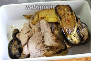 Мясо нарезать ломтиками, подавать вместе с овощами и соусом, в котором они тушились.