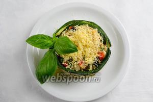 Украсить тёплый салат зеленью. Подавать к обеду или к ужину.