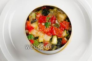 В формовочное кольцо выложить нарезанные овощи.