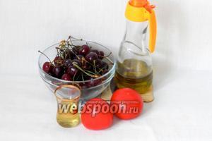 Для приготовления гаспачо из черешни возьмём помидоры, черешню, оливковое масло, мёд.