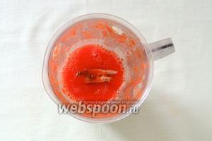 Очищенные помидоры взбить в блендере.