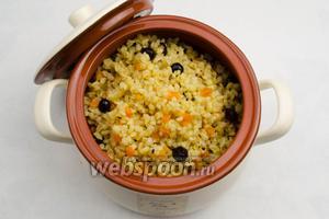 Переложить кашу в керамическую кастрюльку. Накрыть крышкой. Подавать горячей на обед или на ужин.