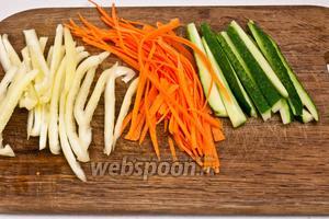 Подготовим овощи. Для этого огурец порезать на тонкие полоски, не использовать внутреннюю часть с семенами, если огурец большой. Морковь почистить и натереть на тёрке для корейской морковки (или ножом нарезать тонкой соломкой). Перец порезать на тонкие полоски.